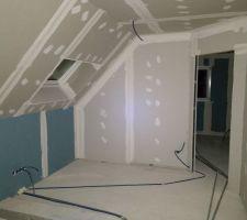 La mezzanine avec les cloisons et les gaines électriques