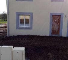Mise un peu de terre devant et derrière  dans le jardin