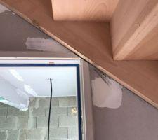 Escalier passe sous la porte donnant au garage