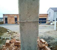 09/03/2018  Jour 13 : Mise en place d'un mortier de finition sur le poteau séparant les 2 portes de garage