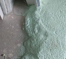 Isolation en forme de pâte a Marshmallow pour le chauffage au sol. Un fois sec ça ressemble un peu a du polystyrène dense.