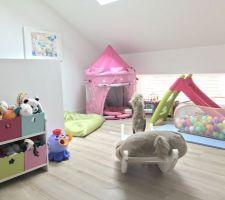 Salle de jeux créée dans le coin mezzanine / le dégagement menant aux chambres de l?étage
