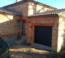 Porte d'entrée en métal Bel'M et porte de garage sectionnelle motorisé.