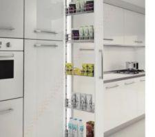 Idée cuisine, filant coulissant épices entre portes et frigo en modèle Bois Murphy