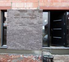 Les briquettes à côté de la porte d'entrée.