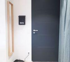 Notre entrée (il manque juste un joli tapis devant la porte)
