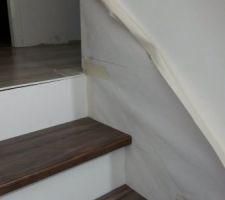 Escalier en béton avec contremarche enduite et marche en bois - Traçage de la plainte de l'escalier