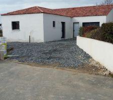 L'empierrement a été réalisé ... on peut accéder à la maison sans passer par la boue !!!