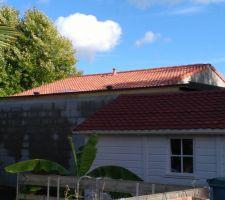 30-09-2017 Toiture mono-pente et toiture tuile: Puit de lumière Vélux 900 x 900 avec les 2 évents Ø 160mm de ventilation toiture.
