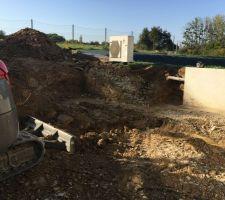 Terrassement du prolongement du mur de soutènement, puis prolongation du réseau de drainage, puis fouilles pour les fondations de la future terrasse