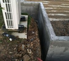 Fouilles coulées et mur en construction