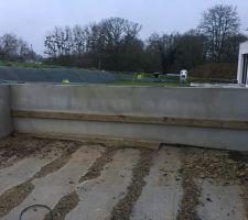 Pose d'une muralière qui servira à soutenir le bans de la terrasse