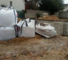 Fondations sèches. Arrivée des parpaings pour vide sanitaire