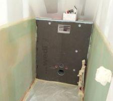 Préparation des WC du haut : 1ère couche d'imperméabilisation