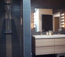 Coin douche et double-vasque de la salle de bain