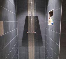 Douche à l'italienne avec niche de rangement