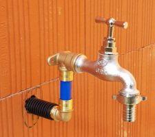 En attendant le ravalement... on installe des robinets de puisage supplémentaires