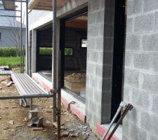 Perspective vers le patio et les baies vitrées