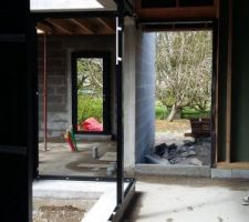 Huisserie en angle donnant sur le patio perspective vers la porte d'entrée