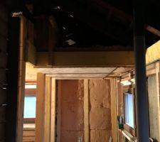 Isolation du plafond au-dessus de la douche : 30cm de laine de bois au-dessus et sur le côté