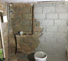 Les murs intérieurs du sous-sol sont en parpaings. Après avoir enlevé l'ancien enduit, on refait les joints et on refait un enduit bâtard et une finition uniquement à la chaux, la même que sur les murs extérieurs.