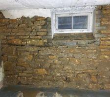 Les murs extérieurs du sous-sol sont en pierres. Après avoir enlevé l'ancien enduit, on refait les joints et on refait un enduit à la chaux.