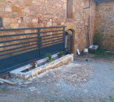 Portail coulissant et jardinière en pierre