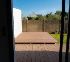 La terrasse face cuisine qui permet de cacher la dalle beton