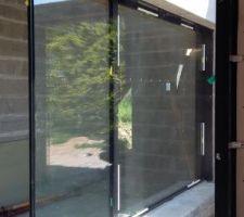 Notre baie vitrée donnant sur le patio et le couloir vers la chambre parents