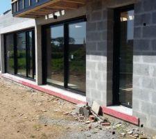 Vue au travers de la baie vitrée donnant le patio