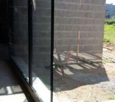 En ouvrant la porte d'entrée, nous aurons une vue sur l'extérieur, sur le patio