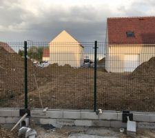 Pose panneaux de clôture grillage rigide sur deux rangs de parpaings