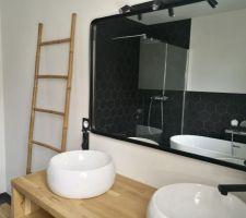 Conception du meuble (découpe des planches de chêne selon notre dessin, assemblage par chevilles en bois) + Mise en place du miroir et installation des vasques et robinets.