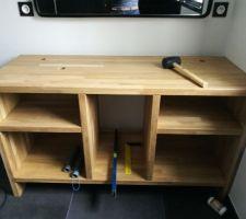 Conception du meuble (découpe des planches de chêne selon notre dessin, assemblage par chevilles en bois)