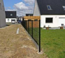 Pose de la clôture en cours par Clotures et Portails du Douaisis