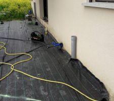 Démarrage de la terrasse bois. paillage après le compactage. conduits pour l'arrosage goutte à goutte tirés.