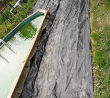 Démarrage de la terrasse bois. paillage après le compactage.