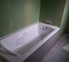 Salle de bain : baignoire fixée
