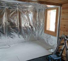 Voilà le futur sauna enrobé d'aluminium. Pas de difficulté particulière sauf que ça prend du temps. 1 journée de travail.