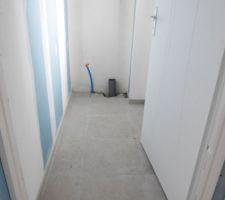 Le carrelage des toilettes du premier étage.