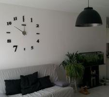 Une horloge murale.Chaque éléments est à coller directement sur le mur.