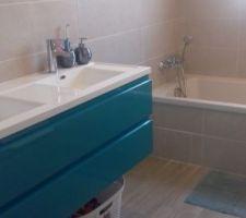 La salle de bain des enfants. On reçoit le miroir, le sèche-serviettes et la paroi de douche bientôt.
