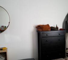 Pose du meuble à chaussures, du miroir et du repose pieds /banquette dans l'entrée