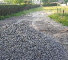 Terrain decaisser on passe au creusage de la terrasse bientot afin d étaler les cailloux .puis pose du grillage dans le fond. Ainsi que la depose sur le cote pour reposer sur plaqué de sous bassement.