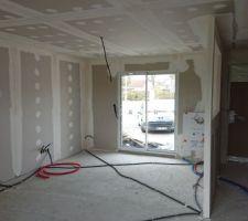 Les cloisons du salon et de l'entrée avec les bandes de placo faites