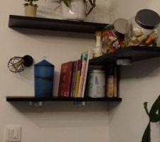 Mise en place des étagères et d'un petit spot en accord avec le luminaire principal