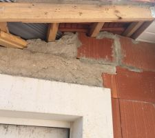 Débord de toit et comblement du trou au dessus de la porte du garage