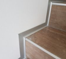 Pose des plinthes en aluminium brossé au rez de chaussée / escalier / sdb
