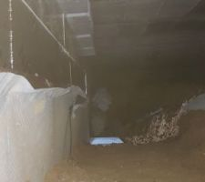 Fin de l'installation des panneaux d'isolants dans le vide sanitaire