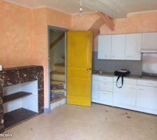 La cuisine...avant ! L'escalier monte à l'étage. Et à droite, on ne le voit pas mais il y a une porte qui s'ouvre sur la pièce principale.